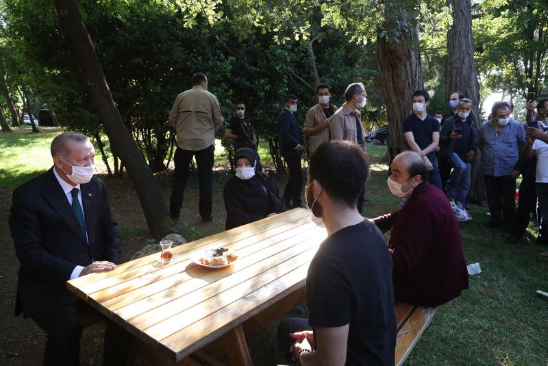 Başkan Erdoğan vatandaşlarla çay içti