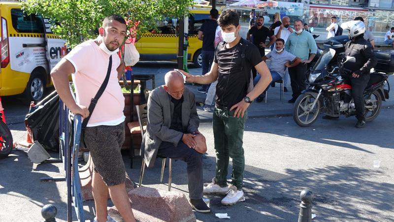 Taksim Meydanı'nda hareketli dakikalar! Vatandaşın elinden polis aldı...