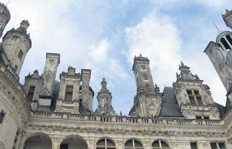 Chambord, 365 bacadan oluşan ve kalabalık bir satranç tahtasını andıran süslü çatısı, Leonardo da Vinci'nin tasarladığı iddia edilen ikili spiral merdivenleriyle dikkat çekiyor.