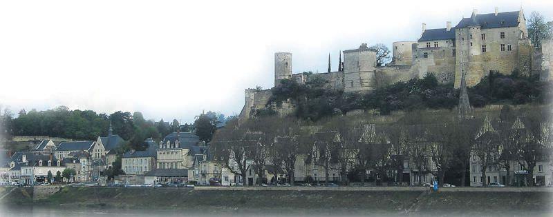 Loire Bölgesi'nin şatolarını gezerken uğramayı ihmal etmemeniz gereken birkaç kasaba arasında Chinon da var.