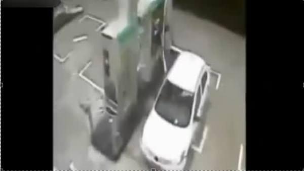 Hortum benzin istasyonunu söküp attı