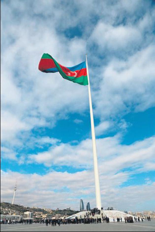 162 metrelik direğe Azerbaycan bayrağı