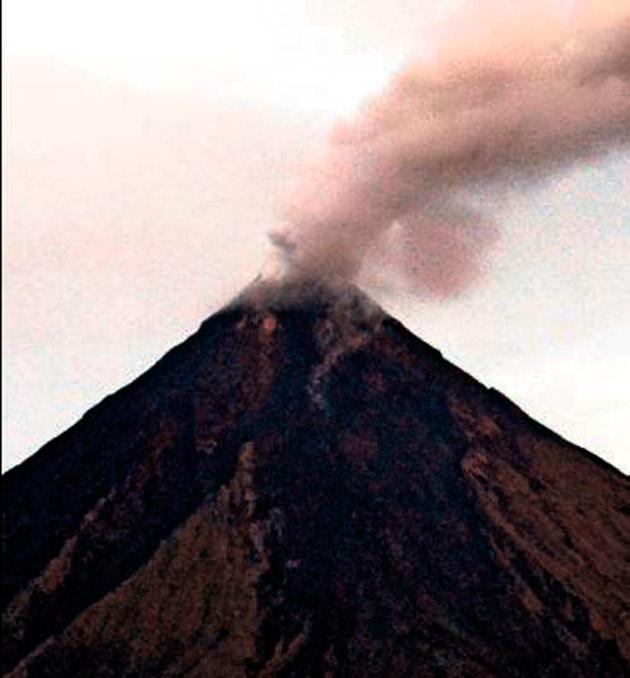 Mayon tütmeye başladı