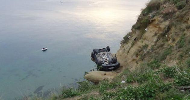 Silivri'de bir otomobil uçurumda asılı kaldı