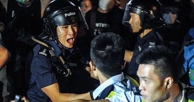 Hong Kong'da polis göstericilere müdahale etti