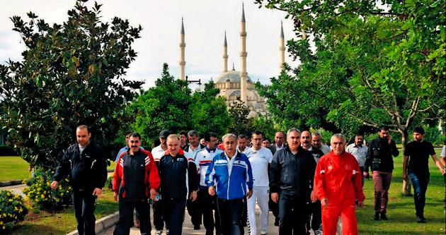 Adana bürokrasisi sağlık için yürüdü