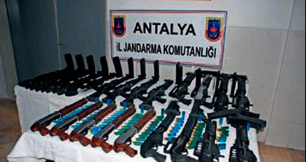 Arabanın içinde 22 av tüfeği bulundu