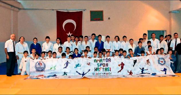 Judo ve karateciler birbirleriyle yarıştı