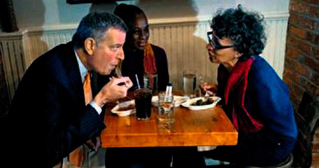 'Panik yok' mesajı için o restoranda yemek yedi