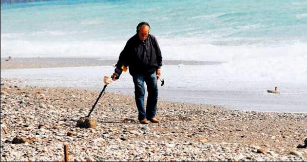Antalya'da plajda altın avı başladı