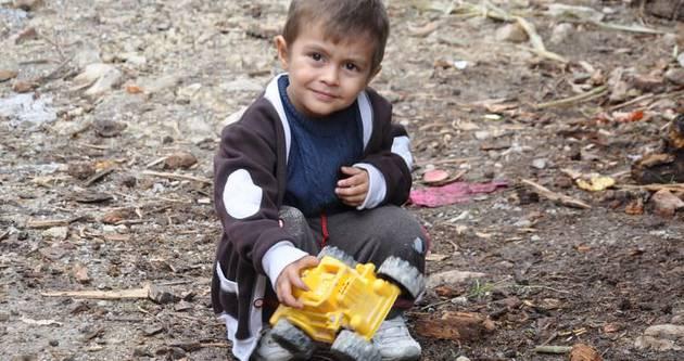 Küçük Mustafa, babasının mama getirmesini bekliyor