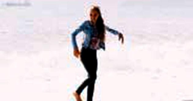 Genç Rus balerinin dalgalarla dansı