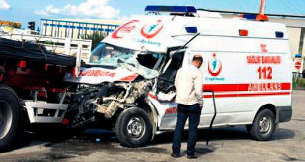 Hasta taşıyan ambulans TIR'a çarptı