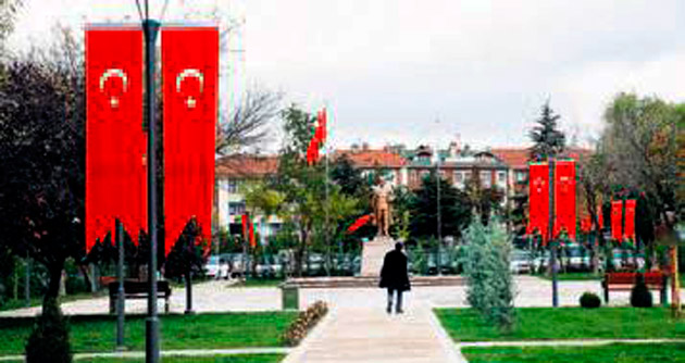 Belediye binasının yerine tören alanı