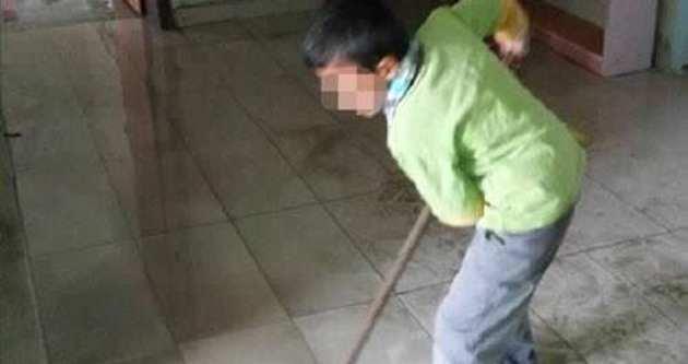 İlkokulda öğrenciler temizlik yapıyor