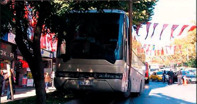Öğrencileri taşıyan gezi otobüsü kaldırıma çıktı