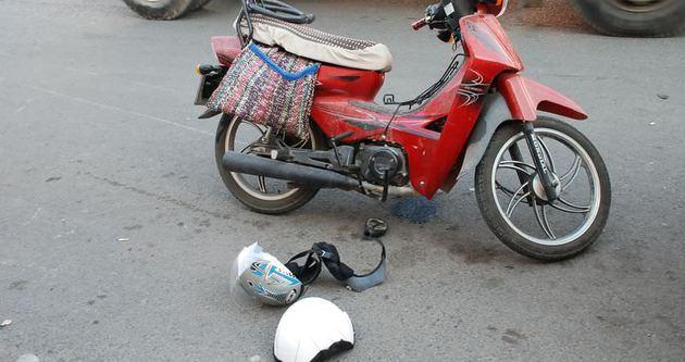 Motosiklet sürücüsünü kaskı kurtardı