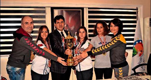Şampiyonlardan Başkan Gül'e hediye!