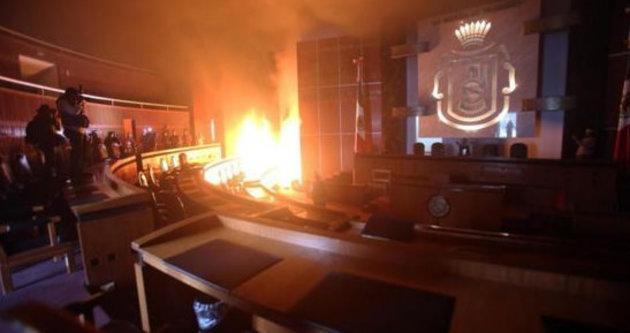 Göstericiler parti binasını ateşe verdi