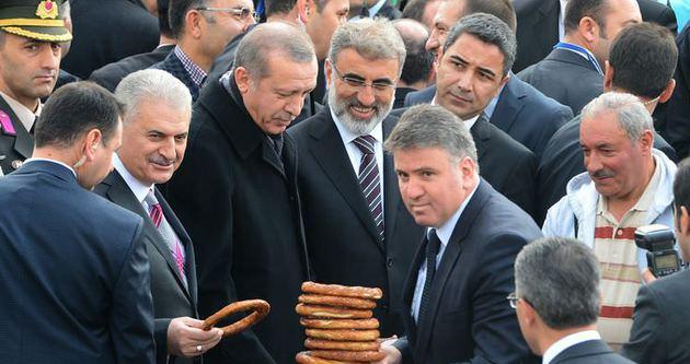 Cumhurbaşkanı Erdoğan Cuma çıkışı vatandaşa simit dağıttı