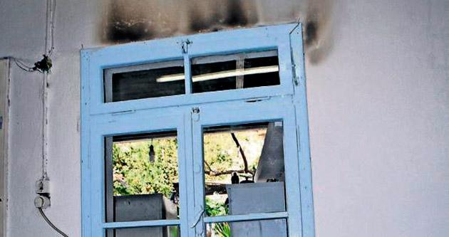 Eve giren hırsız evi yakıp kaçtı