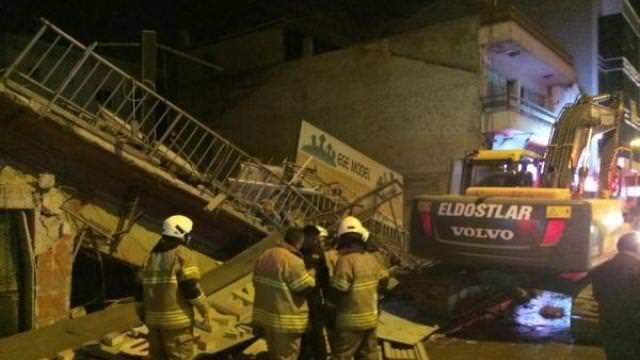 İzmir'de 3 katlı bina çöktü