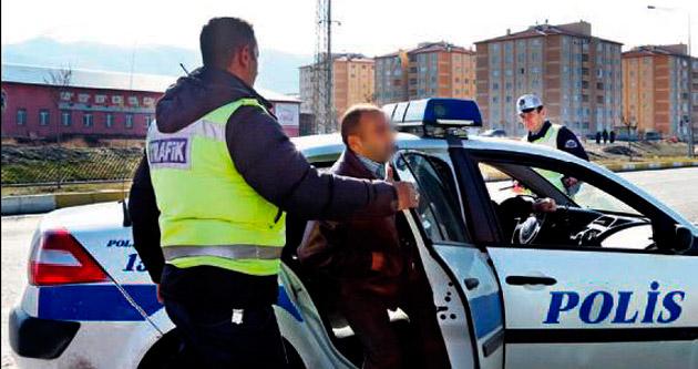 Uyuşturucuyu ruhsatın içinde polise verdi