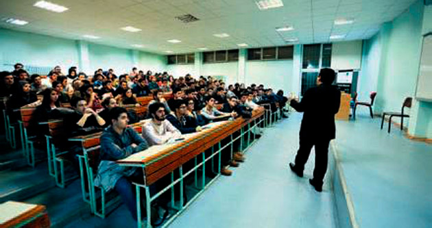 Üniversiteli anfide yatırımı öğreniyor