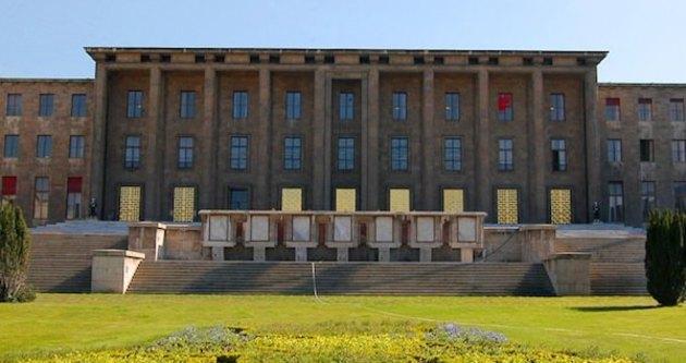 Meclis önünde arbede
