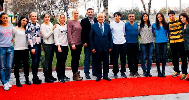 'Hentbolun Melekleri'ne Yaşar'dan destek