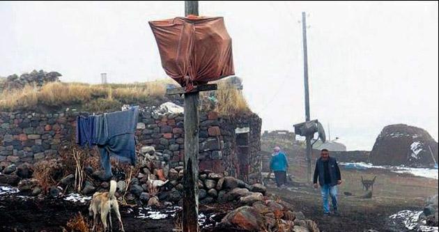 Kars'a kış gelince kazlar direğe asılır