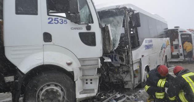 Yolcu midibüsü çekiciye çarptı: 20 yaralı