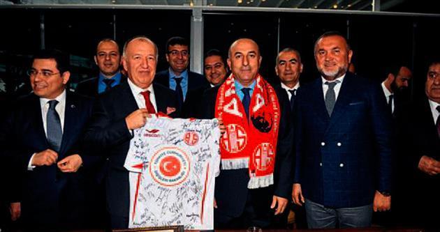 Bakan Çavuşoğlu'ya Antalyaspor forması