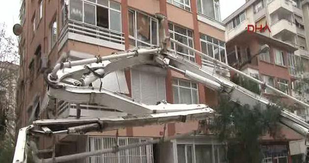 Devrilen beton pompası binaya girdi