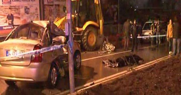Kadıköy'de otomobil kepçeye çarptı