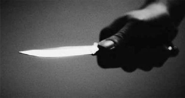 Chat yaparken yakaladığı üvey kızını bıçakladı