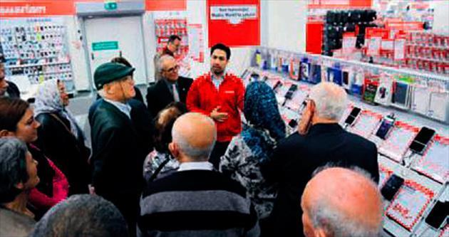 Emeklilere mağazadan teknoloji eğitimi
