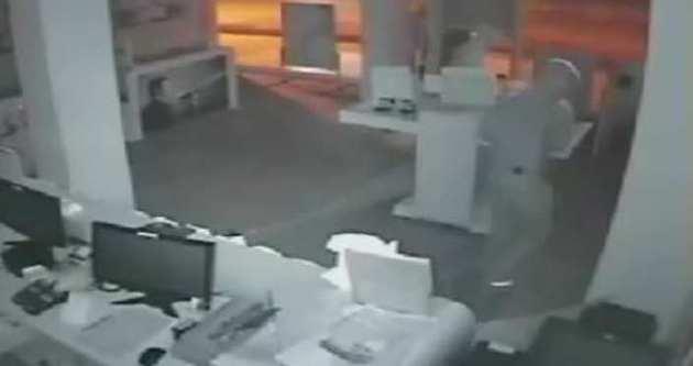Hırsızlar 29 saniyede 20 bin liralık telefon çaldı
