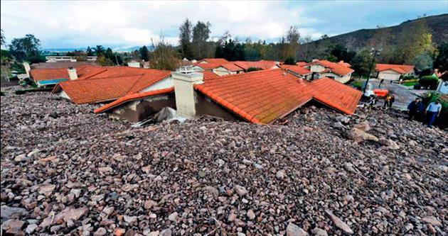 Dağlardan kopan taşlar evleri yuttu