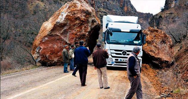 300 tonluk kayalar karayoluna yuvarlandı