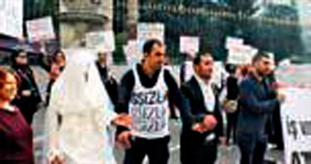 Galatasaray'da gelinlikli eylem