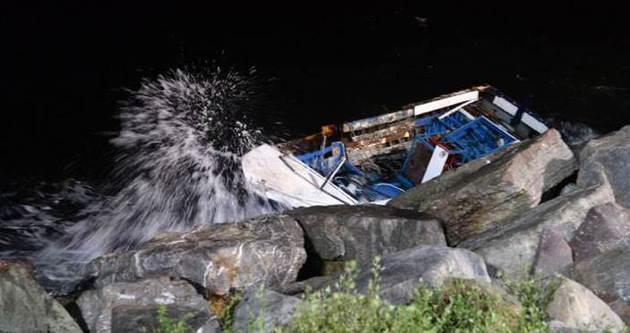 İstanbul'da balıkçı teknesi kayalıklara çarptı