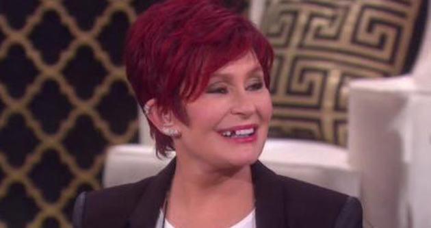 Sharon Osbourne canlı yayında dişini düşürdü