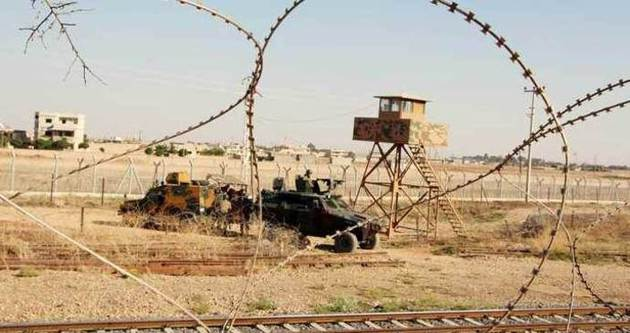 Türk askeri sınırda hendek kazıyor