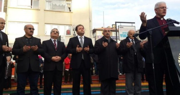Papaz dua etti CHP'li Başkan 'amin' dedi!