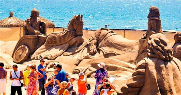 Kum heykele yoğun ilgi sezonu uzattırdı