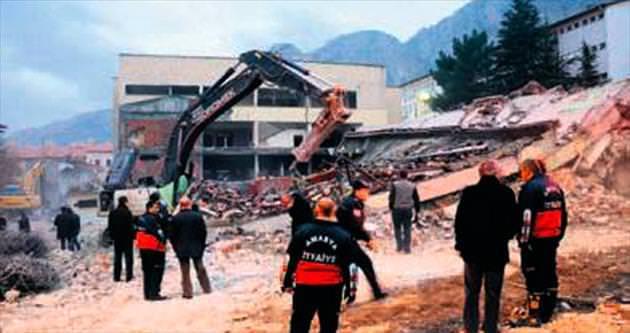 Yıkımı yapılırken bina çöktü: 1 ölü