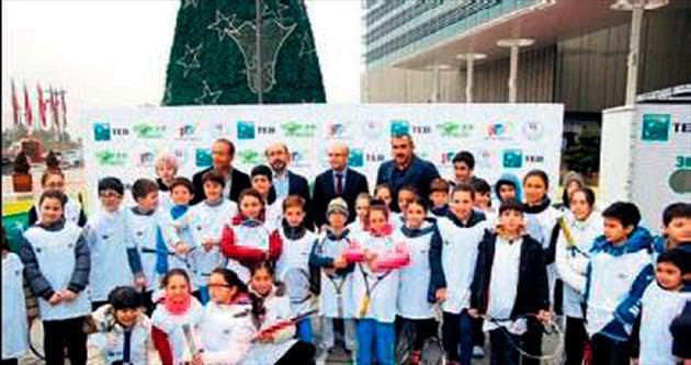 Bakan Şimşek'ten sokak tenisine destek