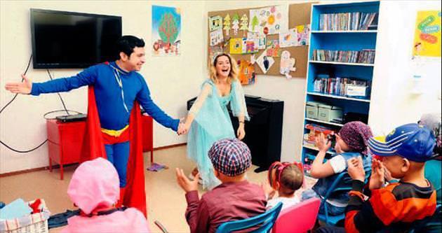 Hasta çocukları eğlendirdiler