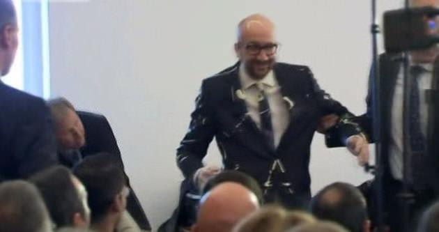 Belçika Başbakanı mayoneze bulandı